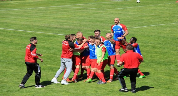 Radość piłkarzy Gryfa po zdobyciu drugiego gola w meczu z Gedanią